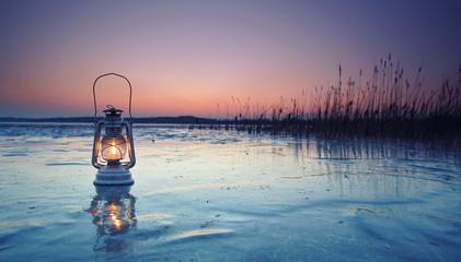Fotomurales - Laterne auf zugefrorenen See