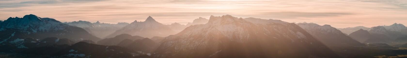 Berge im Licht der Sonne