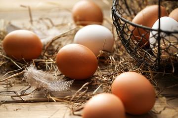 Frische braune und weiße Eier im Korb