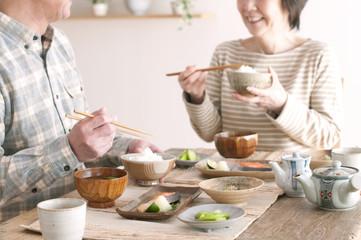 Foto op Canvas Kruidenierswinkel 朝食を食べるシニア夫婦