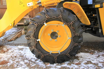 チェーンを装着した重機のタイヤ