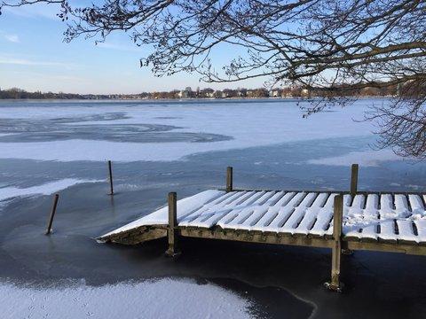 pontone annevato sul lago