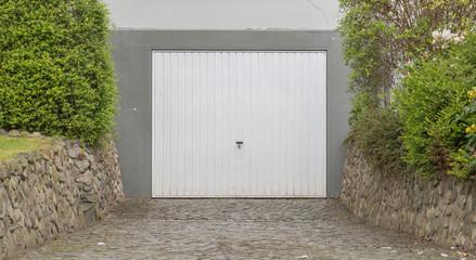 Garage mit Einfahrt und Tor