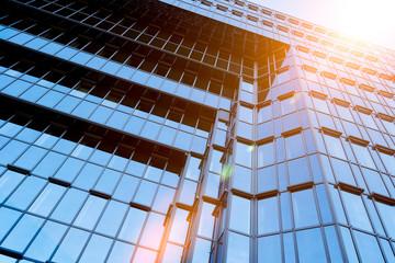 Hochhaus Wolkenkratzer im Sonnenschein abstrakt