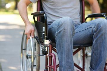 Mann im Rollstuhl - draußen