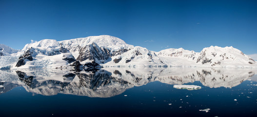 In de dag Antarctica Antarctic seascape with reflection