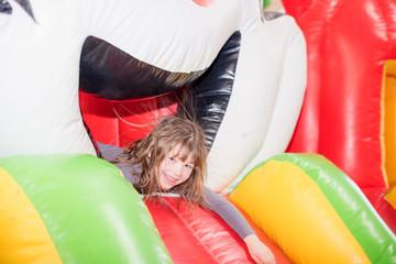 fillette dans un parc de jeux gonflables