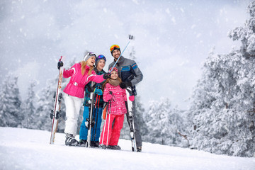 Foto op Plexiglas Wintersporten Skiing, winter, snow and fun - family enjoying winter vacations and making mobile selfie