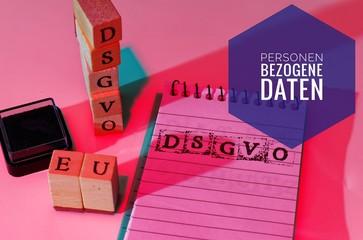 Block und Bauklötze mit der Aufschrift DSGVO EU (Datenschutzgrundverordnung und Personenbezogene Daten) in englisch GDPR (General Data Protection Regulation, personal data
