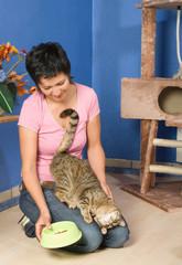 Frau betreut Katzen im Tierhotel