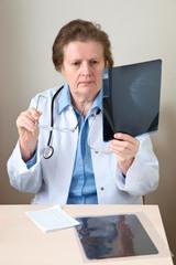 Ärztin mit einer Röntgenaufnahme