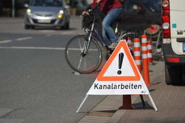 eichen: Warndreieck Kanalarbeiten an einer Kleinstadt-Straße
