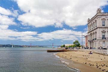 Historischer Strand am Praça do Comércio in Lissabon