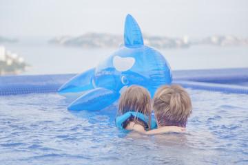 Vater und Tochter im Schwimmbad
