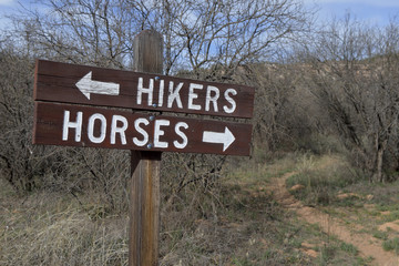 USA, Arizona, Dead Horse Ranch State Park, hikers and horses directional sign