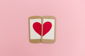 Zwei Handy-Displays formen ein Herz