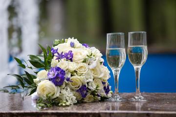 бокалы с шампанским и свадебный букет