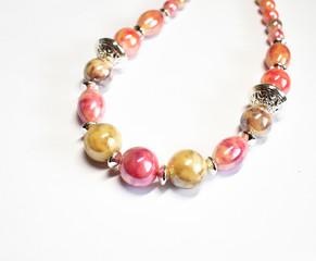 Modeschmuck: Bunte Perlenkette vor weißem Hintergrund