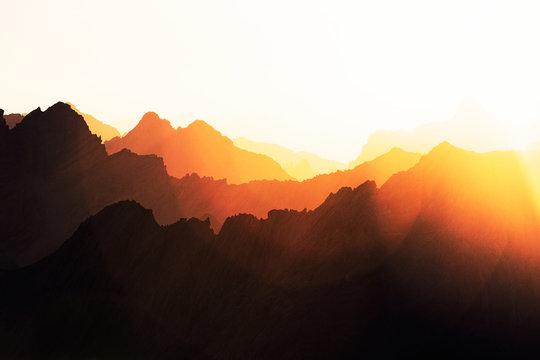 Sonnenaufgang überstrahlt Berglandschaft