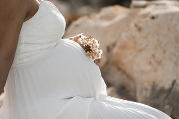 Beyaz elbiseli hamile kadın