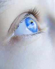 un occhio blu