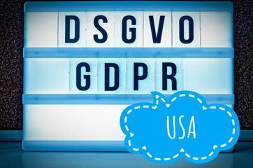 Leuchttafel mit der Aufschrift DSGVO und GDPR(Datenschutzgrundverordnung) blau in englisch GDPR (General Data Protection Regulation) und der Aufschrift USA in englisch: United States