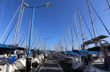 яхты на берегу Средиземного моря в порту
