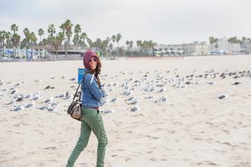 Frau mit Möwen am Strand von Kalifornien