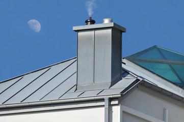 Schornstein mit Zinkblech-Verkleidung auf einem Metall-Glasdach