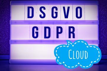 Leuchttafel mit der Aufschrift DSGVO und GDPR(Datenschutzgrundverordnung) lila in englisch GDPR (General Data Protection Regulation) und der Aufschrift Cloud (Wolke)  in englisch: Cloud