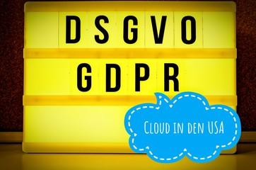 Leuchttafel mit der Aufschrift DSGVO und GDPR(Datenschutzgrundverordnung) gelb in englisch GDPR (General Data Protection Regulation) und der Aufschrift Cloud in den USA in englisch: Cloud in the USA