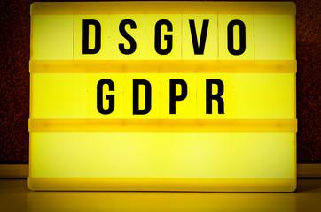 Leuchttafel mit der Aufschrift DSGVO und GDPR(Datenschutzgrundverordnung) in englisch GDPR (General Data Protection Regulation)