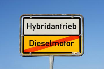 Schild Hybrid oder Dieselmotor © Matthias Buehner
