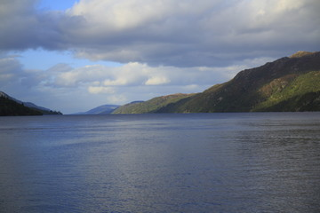 Loch Ness in den Highlands von Schottland bei Fort Augustus mit Bergen im Sommer