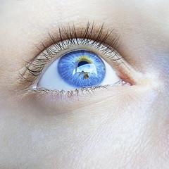 occhio femminile blu azzurro