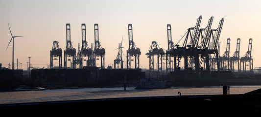 Hamburg Hafen mit  Hafenkränen im Abendrot