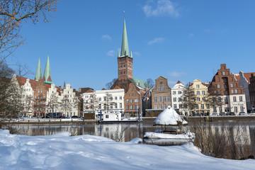 Giebelhäuser an der Trave im Winter