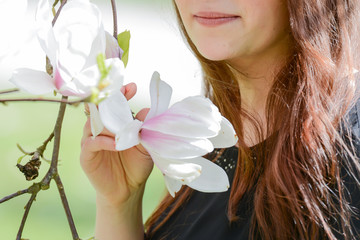 Frau mit Magnolienblüte