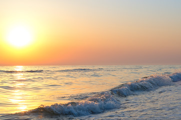 Fotomurais - sunrise over the sea horizon, waves, splashes