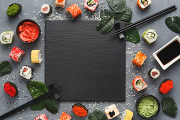Photo sur Plexiglas Sushi bar Square black slate with sushi on grey background
