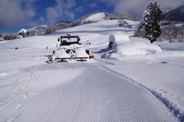 平らに整備されたスキー場のゲレンデ