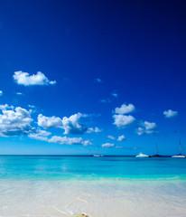 Blauer Himmel in der Karibik