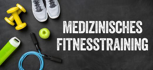 Fitnessausrüstung auf dunklem Hintergrund - Medizinisches Fitnesstraining
