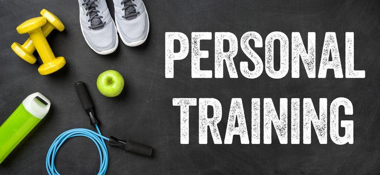 Fitnessausrüstung auf dunklem Hintergrund - Personal Training