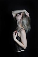 junge blonde frau dessous und kleid