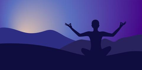 person meditiert am abend berglandschaft