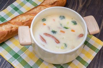 クリームシチュー鍋とフランスパン