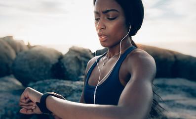 Montre de sport Sportswoman checking fitness progress on her smartwatch