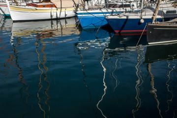 Reflets flous  de bateaux au Vieux  Port de Marseille