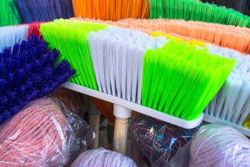 Cepillos de colores para la limpieza.